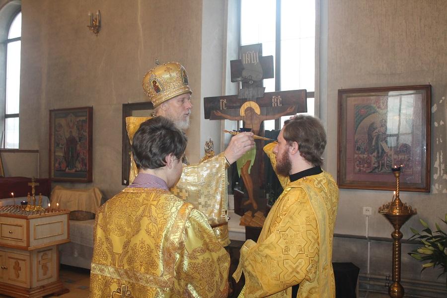 Его высокопреосвященству сослужили: настоятель собора иерей александр рябов, настоятель храма рождества пресвятой