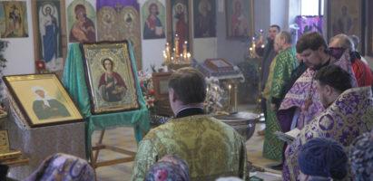 Водосвятные молебны в кафедральном соборе города Кирова перед святынями