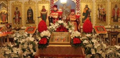 Пасхальное ночное богослужение в Александро-Невском кафедральном соборе